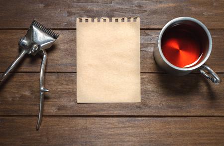 hombres trabajando: Manual viejo de la vendimia del metal cortadora de cabello, papel y copa en la mesa de madera