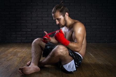 artes marciales mixtas: Las artes marciales mixtas de combate Preparaci�n Rojo Vendajes para el entrenamiento