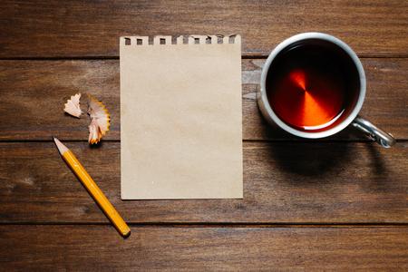 lapiz y papel: Vintage Aún-vida con lápiz, papel y copa en la mesa de madera