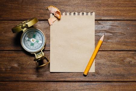 lapiz y papel: Vintage Aún-vida con el compás, lápiz, papel sobre la mesa de madera