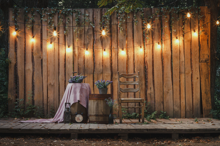 Evening Wooden Stage In The Garden With Lamps For Parties Or Wedding Banque d'images