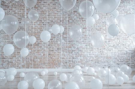 Weiß und Transparent-Ballone auf Mauer Hintergrund