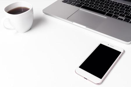 Cup mit Kaffee und Notebook mit Stift in der Nähe von Laptop Standard-Bild