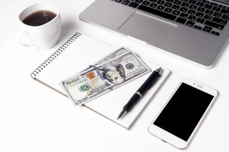 Tasse mit Kaffee, Notizbuch, auf dem zweihundert Dollar und S liegen Standard-Bild