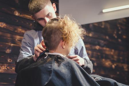 Little Boy, der Haarschnitt von Barber Standard-Bild