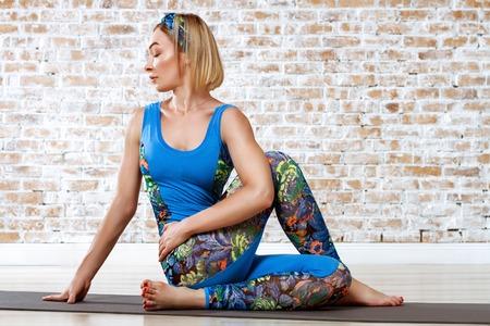 Junge Schöne Frau üben Yoga