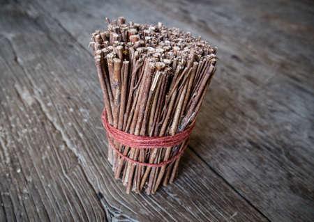 Brązowy stick drewna na stole drewna
