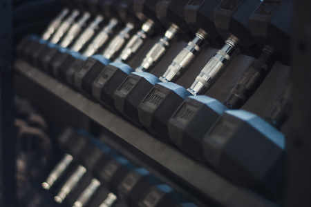 Close up of different weighted dumbbells in a row. Zdjęcie Seryjne