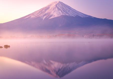 朝は富士山、河口湖