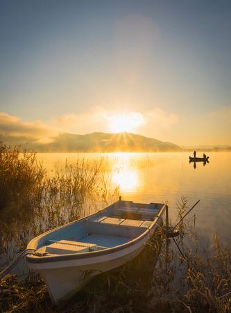 bateau: Bateaux sur le lac Kawaguchiko, le lever du soleil ,, gens pêchant sur un bateau, silhouette