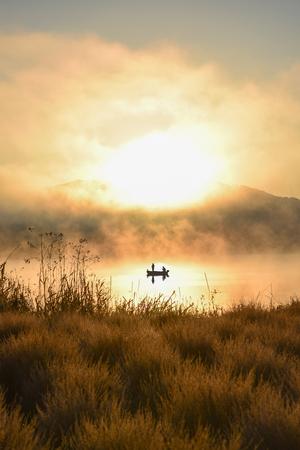 barca da pesca: Alba sul lago Kawaguchiko, Persone pesca su una barca, silhouette