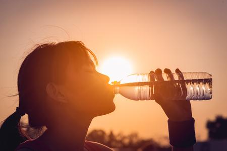 물 한 병 마시는 여성 스톡 콘텐츠