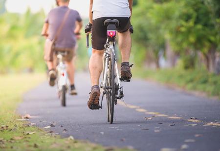 Fietsers rijden langs het fietspad in het park Stockfoto - 66431833