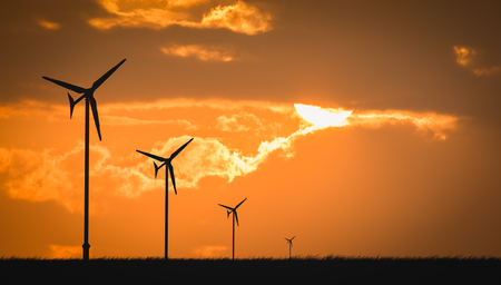 ecosistema: aerogenerador atardecer de fondo ecosistema Foto de archivo