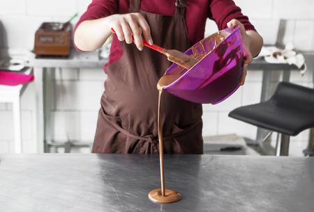 productie van handgemaakte chocolade snoepjes bij daglicht