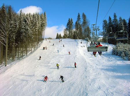 slalom: Utwór narciarski z linowÄ…, Bukovel OÅ›rodek, Karpaty, Ukraina Zdjęcie Seryjne