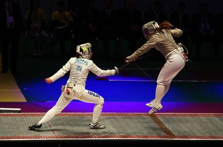 KIEW, UKRAINE - 13. April: Irene Vecchi (Italien) kämpft gegen Dagmara Wozniak (USA) während der Frauen-Säbel-Team-Match der Fechtweltmeisterschaften am 13. April 2012 in Kiew, Ukraine