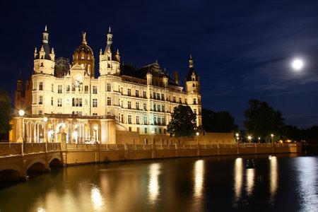 Schwerin Castle (Schweriner Schloss) at night, Germany  新聞圖片