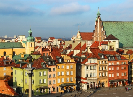 polska monument: Beautiful old buildings on the Castle square (plac Zamkowy) in Warsaw old town, Poland