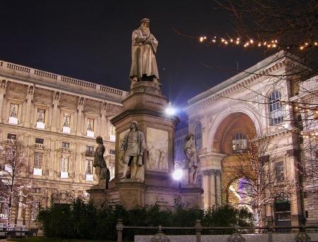 Leonardo emlékmű a Piazza della Scala éjjel, Milánó, Olaszország
