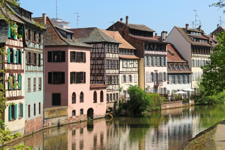 Beautiful old houses reflected in canal in downtown Strasbourg, Alsace, France Standard-Bild