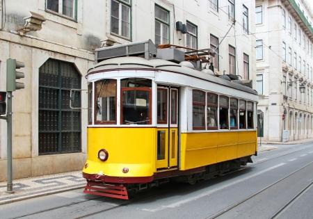 리스본 시내, 포르투갈에서 오래 된 노란색 트램 스톡 콘텐츠