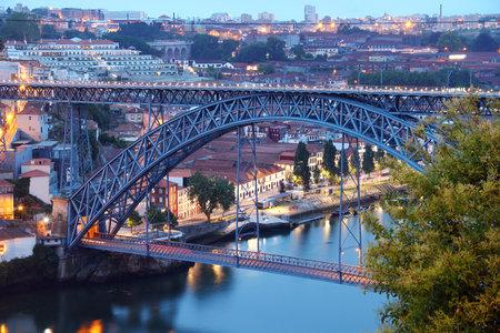 dom: Dom Luis Bridge  Ponte Luis I  in the evening, Porto, Portugal