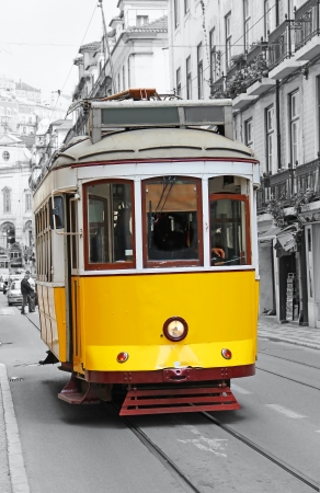 turismo ecologico: Tranvía amarilla vieja en Lisboa, Portugal Editorial