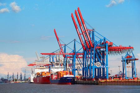 HAMBURG, Duitsland - 25 juni 2014: De haven van Hamburg aan de Elbe, de grootste haven van Duitsland en een van de drukste havens in Europa