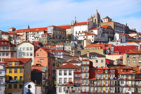 case colorate: I vecchi edifici nel quartiere di Ribeira di Porto sulla riva del fiume Douro, in Portogallo