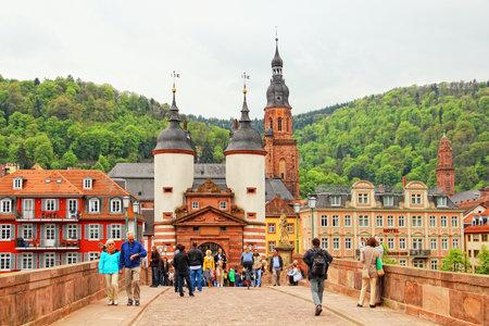 HEIDELBERG, NIEMCY - 3 MAJA 2013: Karl Theodor Bridge znany również jako Stary Most nad rzeką Neckar w starym mieście Heidelberg