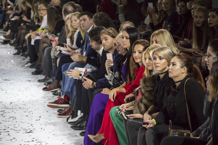 KYIV, UKRAINE - OCTOBER 13, 2016: Audience watching the show during the 39th Ukrainian Fashion Week at Mystetsky Arsenal in Kyiv 新聞圖片