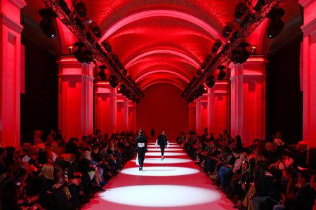 KYIV, UKRAINE - 13. OKTOBER 2016: Modelle laufen die Startbahn bei Datuna Kollektion zeigen während der 39. ukrainischen Fashion Week bei Mystetsky Arsenal in Kiew Standard-Bild - 65763205