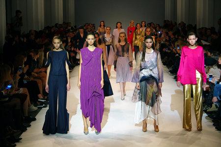 Kiev, Ucrania - 13 de octubre, 2016: Modelos de caminar la pista en diphylleia espectáculo de recogida durante la 39ª semana de moda en Ucrania Mystetsky Arsenal en Kiev Editorial