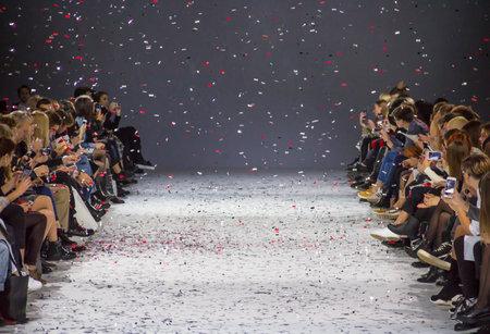 キエフ, ウクライナ - 2016 年 10 月 13 日: 観客 Mystetsky キエフ工廠で 39 ウクライナのファッションウィーク期間中にショーを見て 報道画像