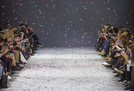 Kiew, Ukraine - 13. Oktober 2016: Publikum die Show während der 39. ukrainischen Fashion Week in Mystetsky Arsenal in Kiew beobachten
