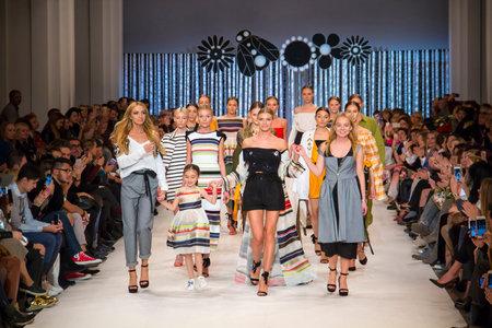 KYIV, UKRAINE - 14. Oktober 2016: Modell geht die Start-und Landebahn auf T.Mosca Sammlung zeigen während der 39. ukrainischen Fashion Week bei Mystetsky Arsenal in Kiew