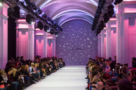 Kiew, Ukraine - 16. Oktober 2016: Publikum während der 39. ukrainischen Fashion Week in Mystetsky Arsenal in Kiew für die Sammlung Show von Alena Serebrova warten Editorial