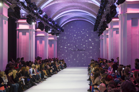 Kiew, Ukraine - 16. Oktober 2016: Publikum während der 39. ukrainischen Fashion Week in Mystetsky Arsenal in Kiew für die Sammlung Show von Alena Serebrova warten Standard-Bild - 71117889