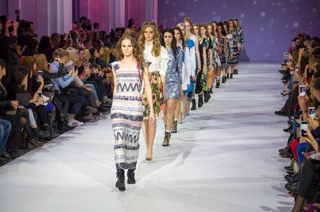 KYIV, UKRAINE - 16. OKTOBER 2016: Modelle laufen auf der Alena Serebrova-Sammlung während der 39. ukrainischen Modewoche bei Mystetsky Arsenal in Kiew Standard-Bild - 71117891