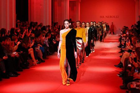 Kiev, UKRAINE - 5 février 2018: les modèles à pied de la piste à Iva Nerolli collection show pendant la Fashion Week ukrainienne WF18-19 à Mystetsky Arsenal à Kiev