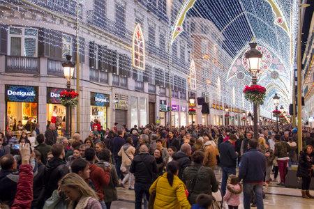 MALAGA, SPAGNA - 9 DICEMBRE 2017: Decorazioni natalizie e spettacolo di luci nel centro di Malaga (Calle Marques de Larios walking street)