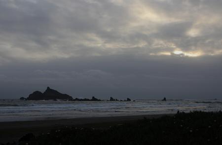 嵐の霧の太平洋の夕日