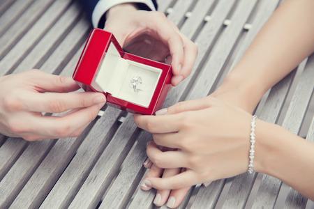 Voorstel bruiloft met diamanten ring Stockfoto