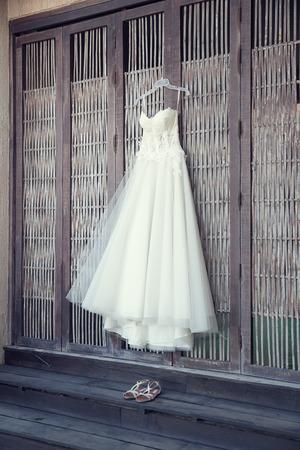 Vestido de novia colgando Foto de archivo - 40042448