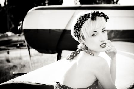 Freien Pin-up-Portr�t der jungen blonden sexy caucasian Frau in der roten Retro-Kleid