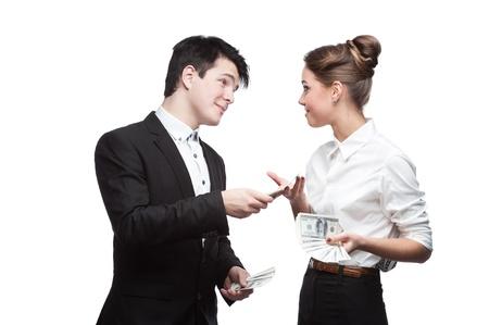giovane uomo d'affari brunette caucasico dando un sacco di dollari a sorpresa donna d'affari sorridente