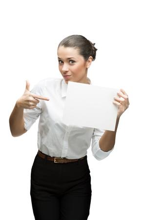 junge fr�hliche Br�nette Gesch�ftsfrau in wei�er Bluse halten Zeichen auf wei�em isoliert