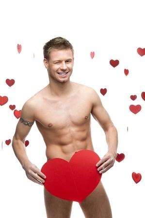 junge fr�hliche caucasian funny nackter Mann h�lt CBIG roten Papier Herzen auf wei�em Hintergrund mit fallenden roten Herzen isoliert