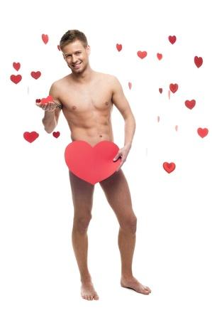 giovane, allegro caucasico uomo divertente nudo che tiene cbig cuore di carta rossa isolato su sfondo bianco con cuori rossi che cadono